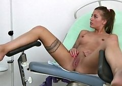 Flirtatious babe penetrates her pussy in the doctor's office