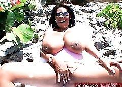 Huge titties of Vanessa Del outdoors