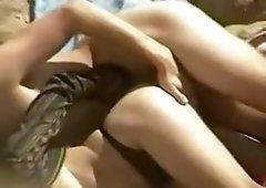 Mec baise sa femme sur une plage en essayant de se cacher