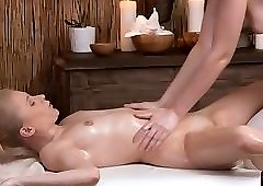 Les masseuse seduces cute dyke in closeup