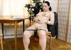 Curvy brunette babe has a hot bald pussy